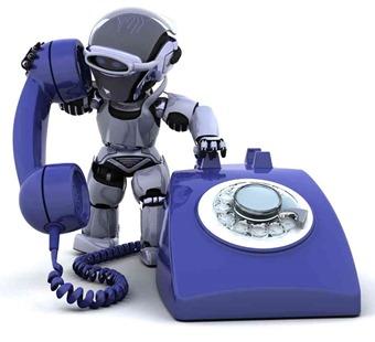 Robot contestando al teléfono