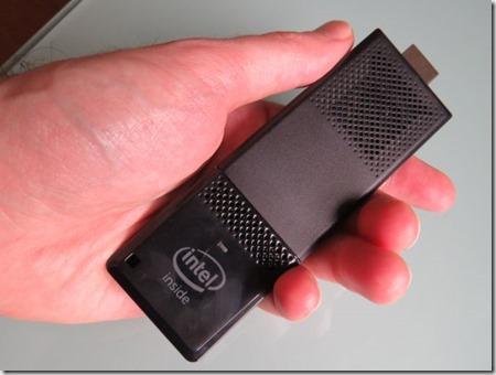 Intel MiniPC stick 2016 en la mano